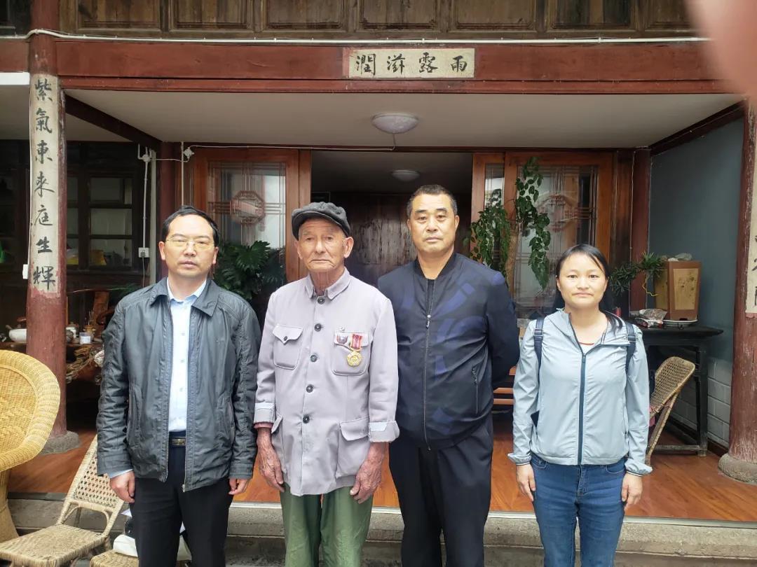 """腾冲:将""""中国人民志愿军抗美援朝出国作战70周年""""纪念章送达"""