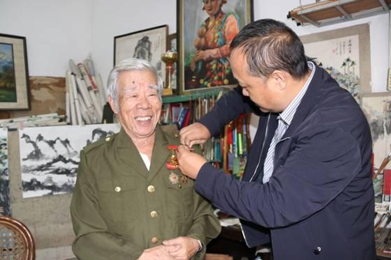 梁河县为参加抗美援朝老战士颁发纪念章